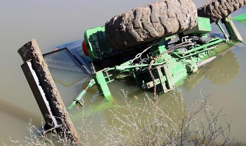 Eldon Cooper estava verificando uma barragem em seu trator que derrapou e ficou preso na água durante três horas. (Foto: Eldon Cooper).
