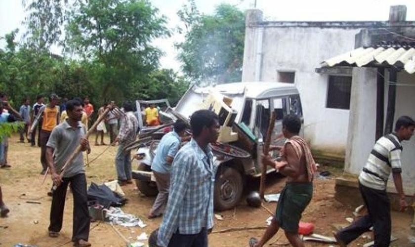 Os extremistas atacaram os cristãos com varas de madeira. (Foto: Asia News)