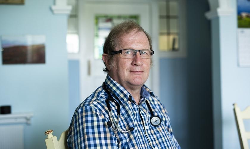 Dr. David Mackereth foi dispensado do Departamento de Trabalho e Pensões por suas crenças. (Foto: Andrew Fox/The Telegraph)