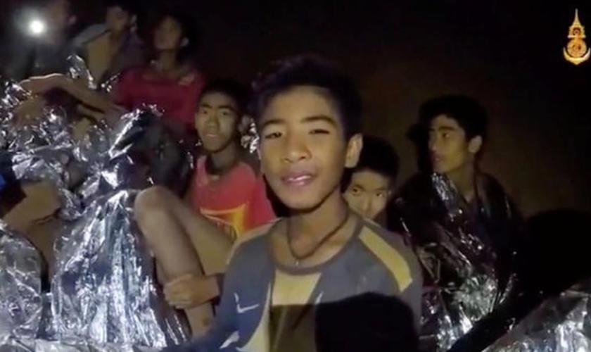 12 garotos e o treinador de um time de futebol ficaram presos