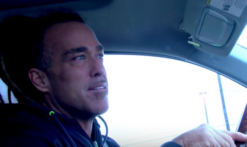 Evangelista Todd White conversando com o atendente de telemarketing em seu carro. (Foto: Reprodução/Lifestyle Christianity)