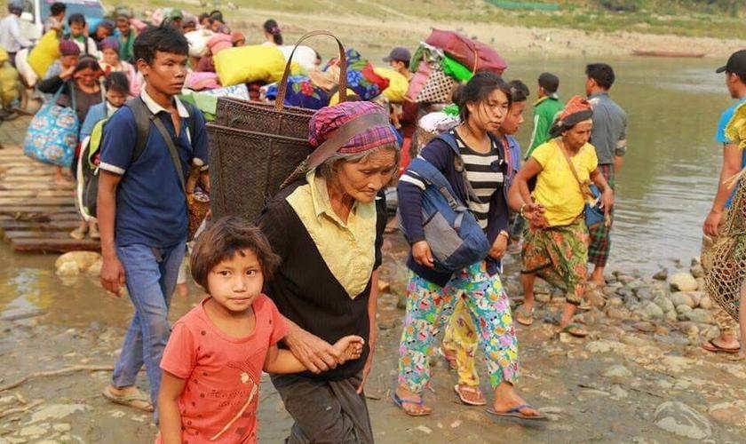 Cristãos fogem de suas terras em Mianmar, onde milhares de pessoas são vítimas de violência. (Foto: Reprodução/Faithwire)