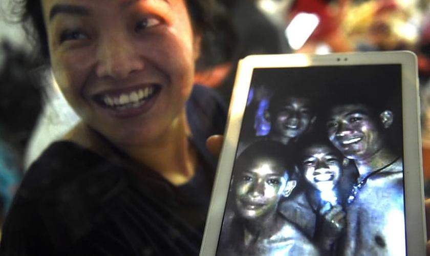 Familiares comemoram que meninos foram encontrados com vida em caverna da Tailândia. (Foto: Lillian Suwanrumpha/AFP)