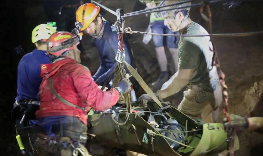 Socorristas trabalhando em operação de resgate de time de futebol preso em caverna na Tailândia. (Foto: Thai Navy Seal/via Reuters)