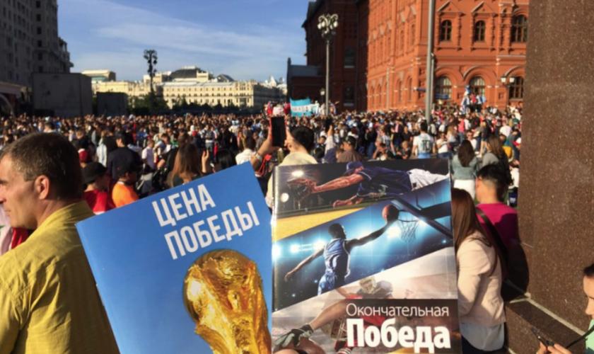 Folhetos desenvolvidos especialmente para as ações de evangelismo na Copa do Mundo. (Foto: Mission Eurasia)