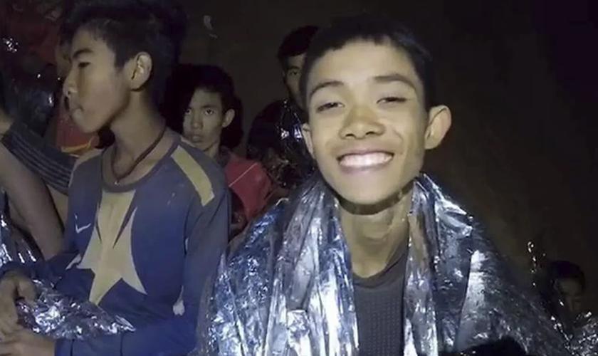 Os meninos foram explorar na caverna e ficaram presos dentro devido a inundações. (Foto: Xinhua).