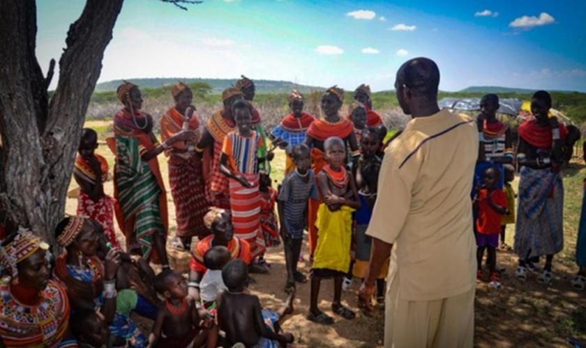 Missionários cuidam de crianças abandonadas pelos pais. (Foto: Christian Aid Mission).