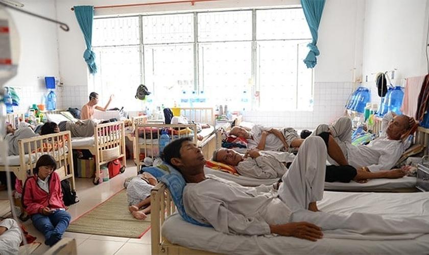 Pacientes enfrentam dificuldades no Hospital de Oncologia da cidade de Ho Chi Minh, no Vietnã. (Foto: Tuoi Tre)