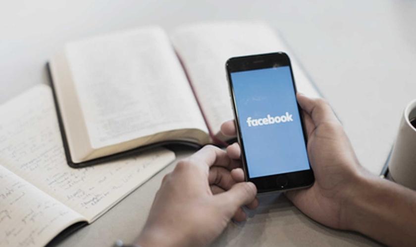Alan Noble afirma que os aparelhos eletrônicos podem atrapalhar momentos de leitura bíblica. (Foto: Reprodução)