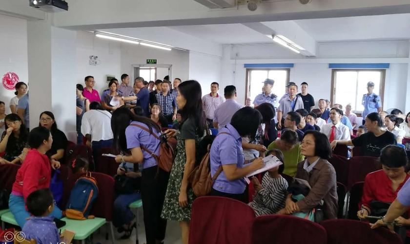 Agentes uniformizados coletam informações pessoais de cristãos que frequentam a Igreja Reformada da Bíblia em Guangzhou, em 15 de julho de 2018. (Foto: ChinaAid)