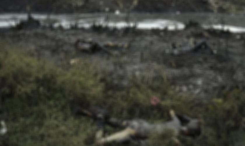 Imagem ilustrativa. Foto exibe corpos queimados diante de centenas de pessoas, em região da África. (Foto: Reprodução)