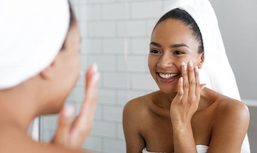 Uma rotina rigorosa de cuidados com a pele é essencial para mantê-la saudável. (Foto: Reprodução/Getty Images)