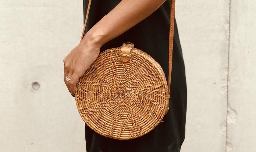 A bolsa redonda está presente nos looks de todas as fashionistas. (Foto: Reprodução/Moda It)