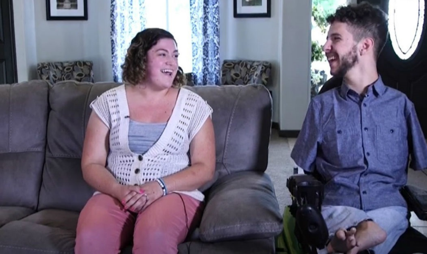 Gideon DiMeglio declara sua gratidão a Deus, apesar de ter nascido sem os braços e com pernas curtas. (Foto: Reprodução)