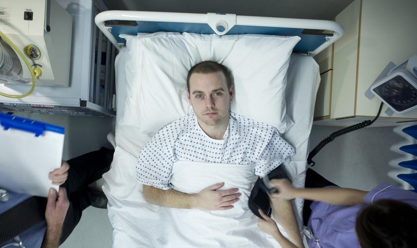 Imagem ilustrativa. Homem sendo diagnosticado pelos médicos em hospital. (Foto: Reprodução)