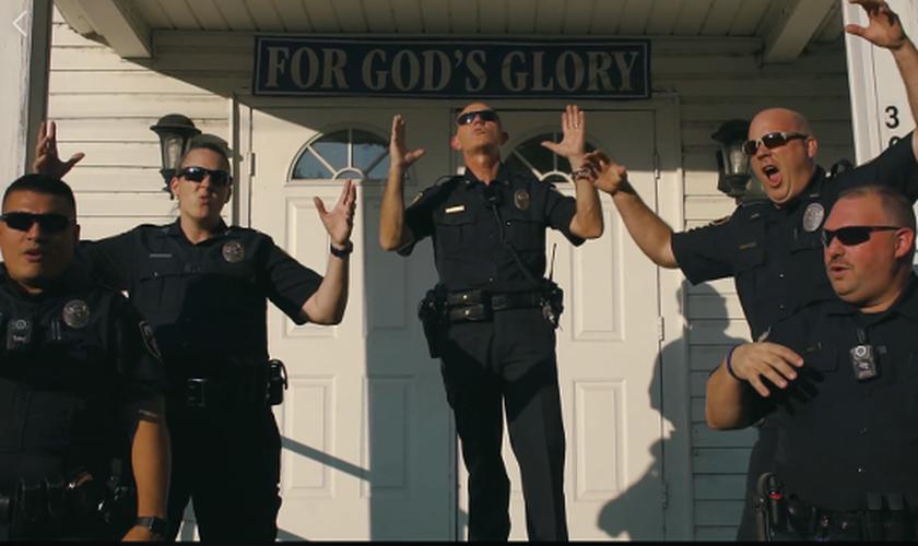 Oficiais do Departamento de Polícia de Crandall, no Texas, gravaram um clipe com a trilha sonora de 'Deus Não Está Morto'. (Imagem: Facebook)