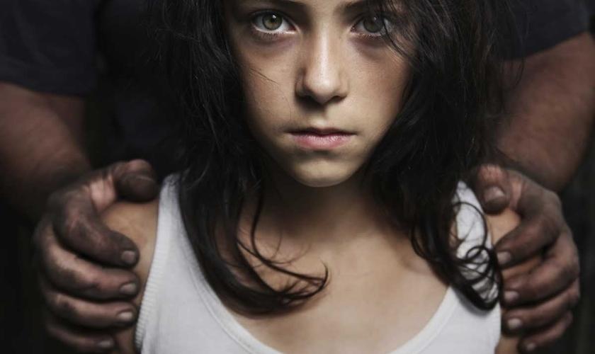 O Código Penal do Brasil considera crime a relação sexual entre adultos e menores de 14 anos. (Foto: Reprodução)