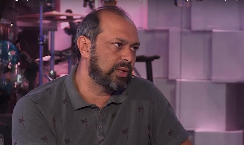 Maurício Soares fala sobre música gospel no programa 'Nova Talk', apresentado pelo pastor Maurício Fragale. (Imagem: Nova Talk)