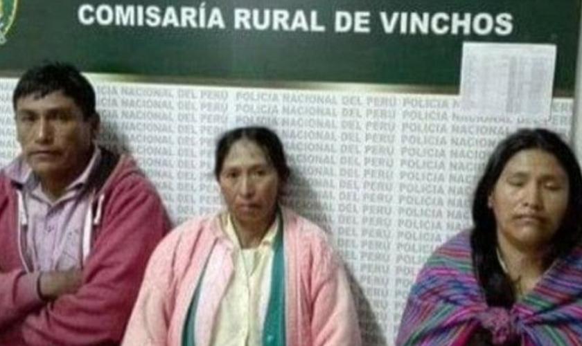 Percy Quispe (esquerda), Marcelina Suane (centro) e Aurelia Quispe (direita), foram acusados de assassinar a mãe. (Foto: Daily Mail)