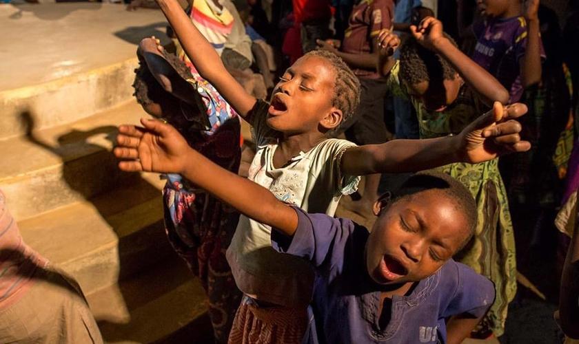 Crianças apoiadas pelo ministério Iris Global louvando a Deus na África. (Foto: Iris Global)