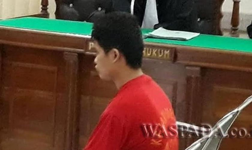 Martinus Gulo, de 21 anos, recebeu a sentença do Tribunal Distrital de Medan. (Foto: Reprodução).