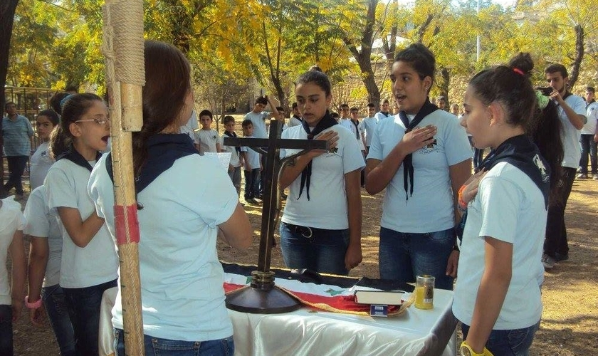 Os jovens e adolescentes estão saindo para evangelizar nas ruas da Síria. (Foto: Reprodução)