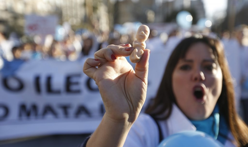 Médicos protestam contra novo projeto de lei em votação na Argentina, que os obrigaria a fazer abortos, mesmo contrariando suas crenças pessoais. (Foto: Crux Now)