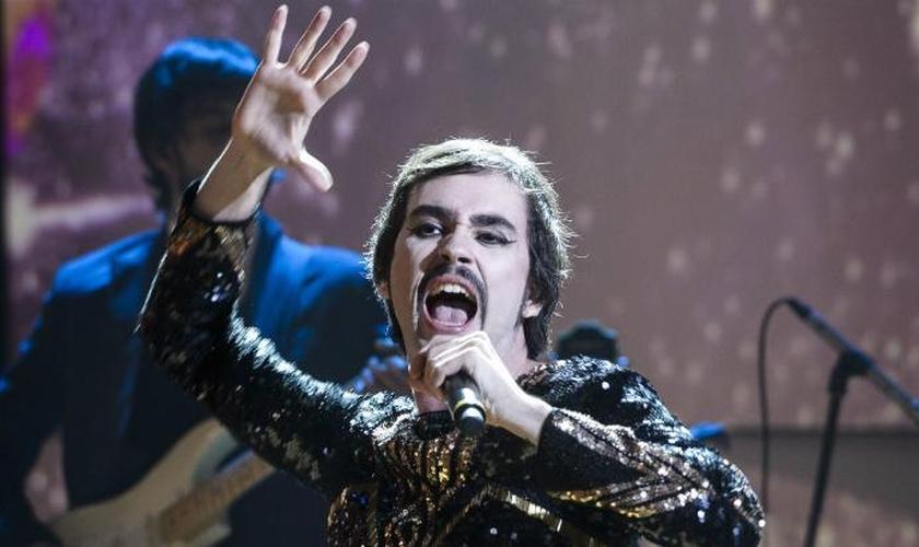 O cantor pernambucano Johnny Hooker gerou revolta entre cristãos após dizer que 'Jesus é travesti', durante um de seus shows. (Foto: UOL)