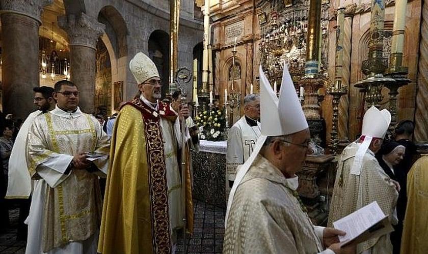 O chefe da Igreja Católica Romana em Israel, Pierbattista Pizzaballa, em procissão no Domingo de Páscoa. (Foto: AFP/Gali Tibbon)