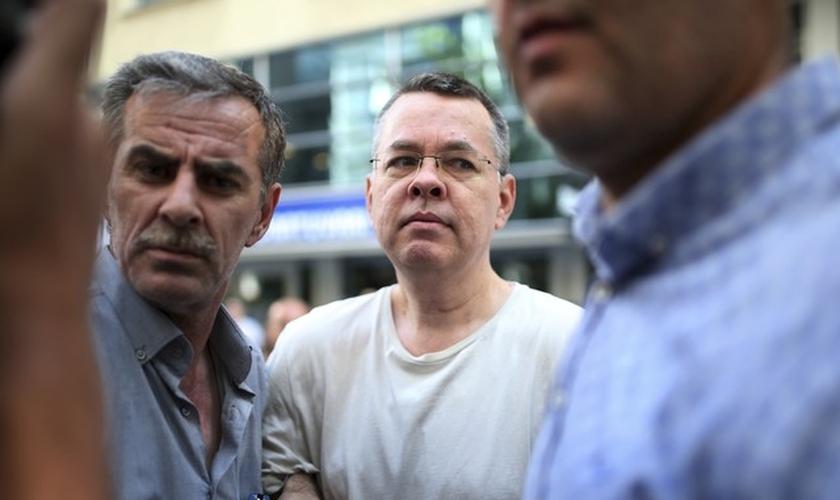 O pastor Andrew Brunson foi enviado para prisão domiciliar em sua casa em Izmir, na Turquia. (Foto: Emre Tazegul/AP Photo)