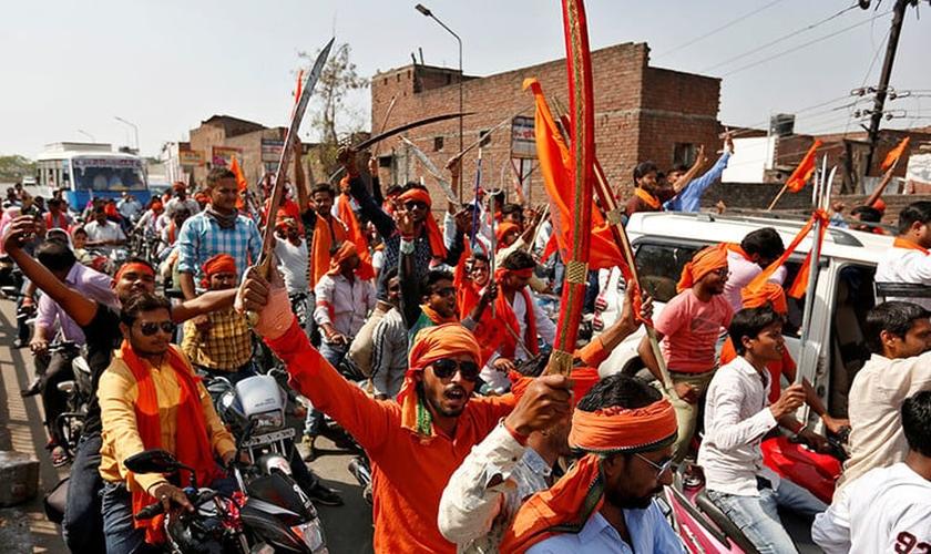 Extremistas hindus ocupam as ruas de cidade indiana. (Foto: rt.com)