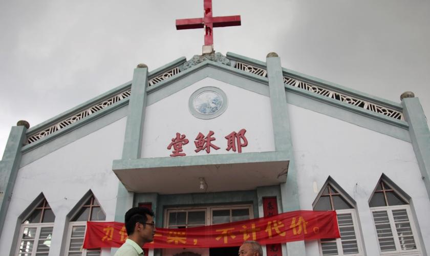 A implacável perseguição ao cristianismo na China tem levado igrejas a serem vandalizadas, com suas cruzes destruídas e até mesmo demolidas na China. (Foto: Japan Times)