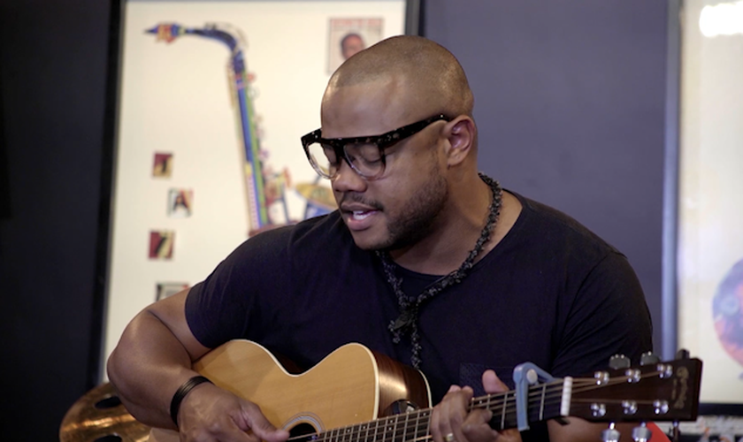 Após saída do Preto no Branco, Weslei Santos irá focar em sua carreira solo e fará o que mais gosta: cantar nas igrejas. (Foto: Reprodução/Youtube)