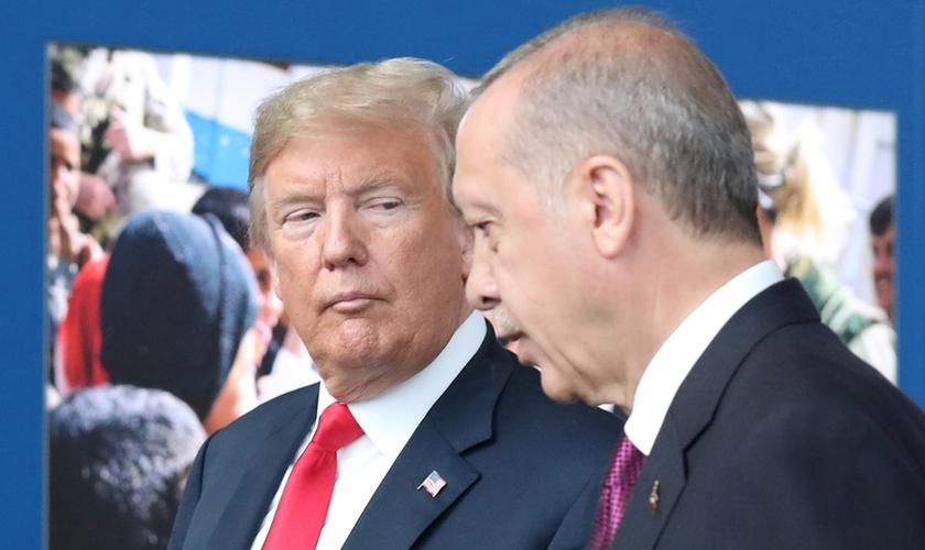 Presidente dos EUA, Donald Trump, com o presidente turco, Recep Erdogan, na sede da Otan. (Foto: Reuters)
