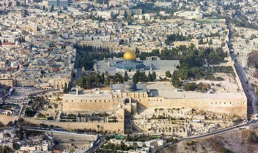 Vista aérea do Monte do Templo, cercado por muralhas na Cidade Velha de Jerusalém. (Foto: Godot13/Andrew Shiva/Wikipedia)
