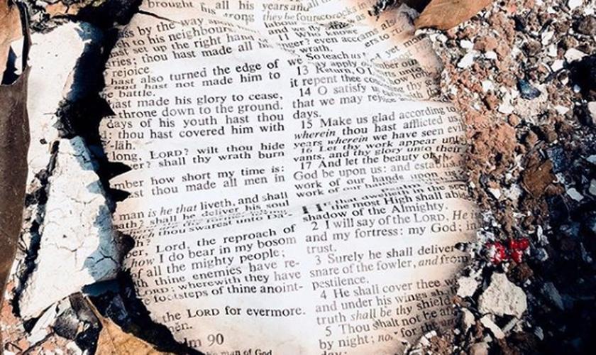 Página dos Salmos foi encontrada intacta em destroços na Califórnia. (Foto: Instagram/Bethel)