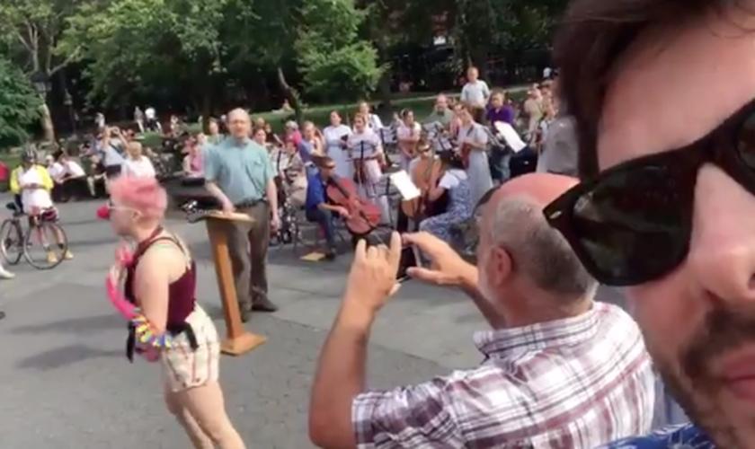 Danilo Gentili filmou pastor sendo hostilizado por ativistas LGBT, em Nova York. (Foto: Reprodução/Twitter)