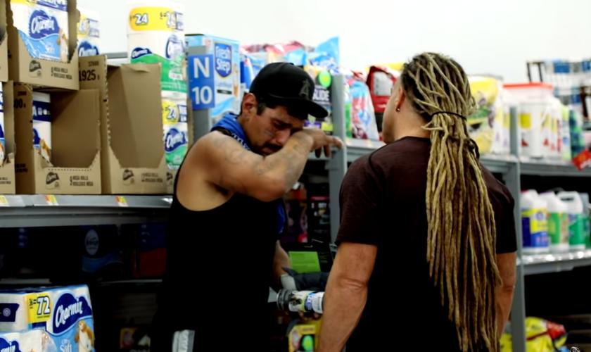 Todd White estava em um supermercado quando se deparou com um homem que achava não ter mais saída para seus problemas. (Foto: Reprodução).