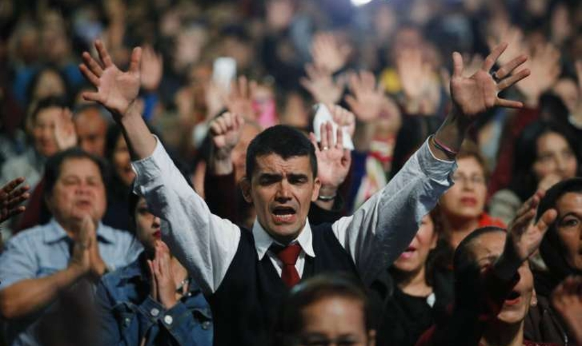 Pessoas orando durante culto evangélico em Bogotá, na Colômbia. (Foto: AP Photo/Fernando Vergara)