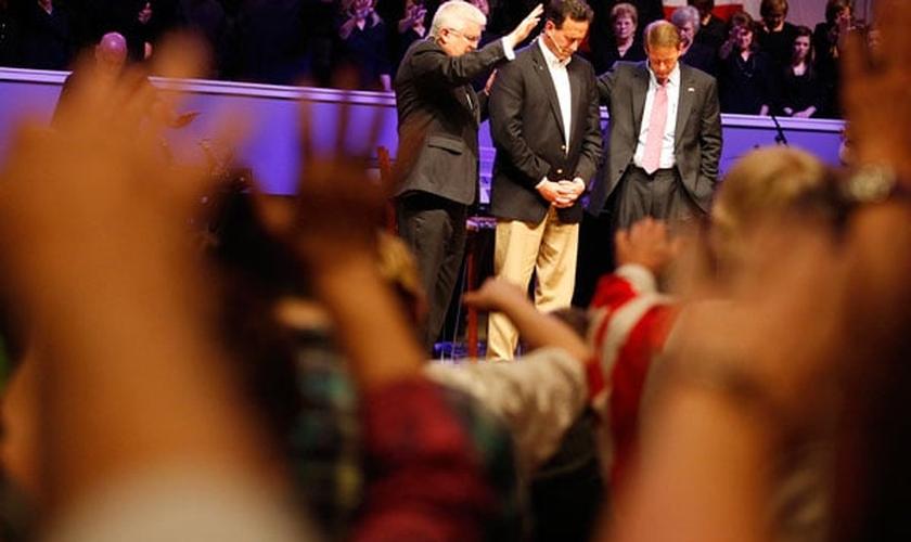 Candidato à presidência recebendo oração em uma Igreja Batista nos Estados Unidos. (Foto: Reuters/Sean Gardner)