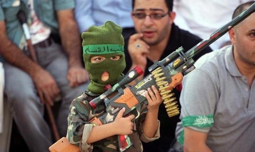 Crianças palestinas são ensinadas desde cedo a pegarem em armas para atacar Israel. (Foto: Matzav)