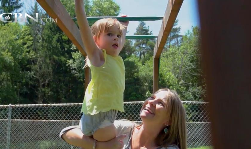Deus curou as pernas da pequena Elizabeth. (Foto: Reprodução).