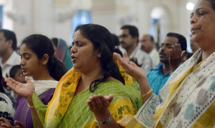 Indianos participam de culto. (Foto: chretiens.info)