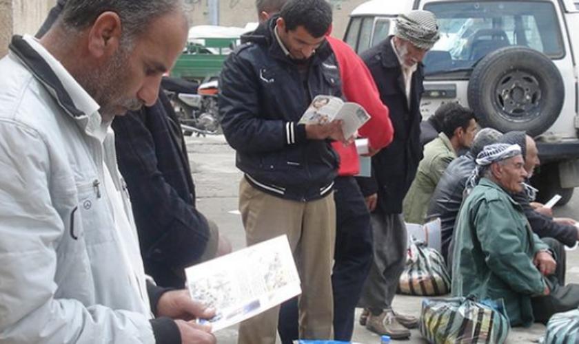 Mais de 350 mil Bíblias foram distribuídas na Síria, Líbano, Jordânia e Iraque. (Foto: Reprodução)