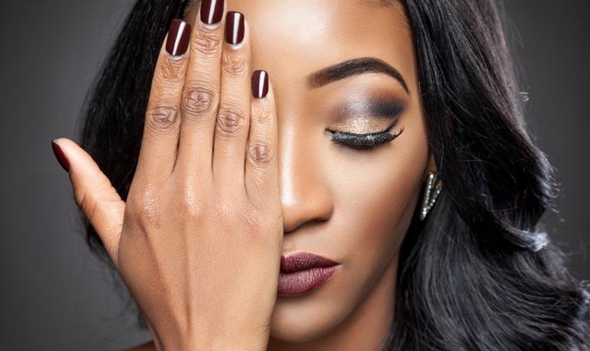O alongamento de unhas e pode ser adotado por qualquer mulher. (Foto: And-one/ThinkStock)
