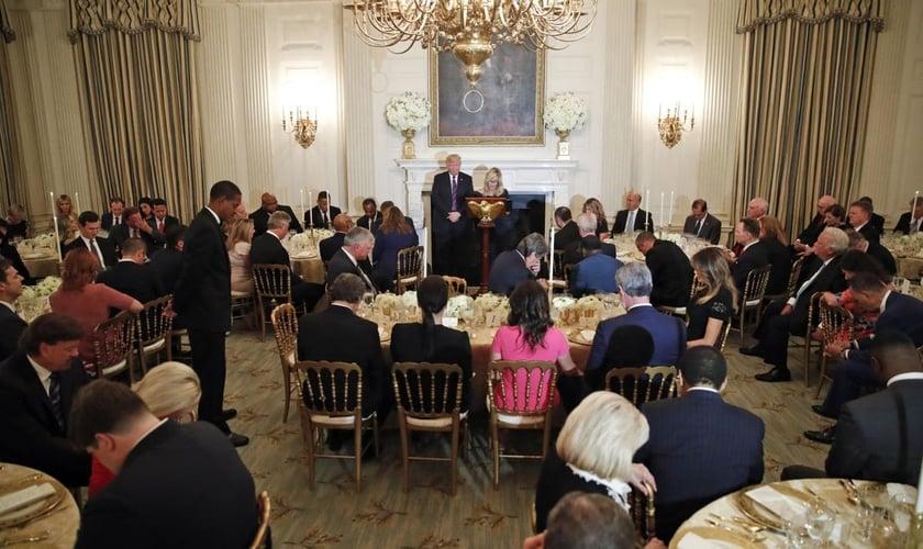 Donald Trump cumprimenta líderes evangélicos na Sala de Jantar de Estado da Casa Branca. (Foto: AP Photo/Alex Brandon)