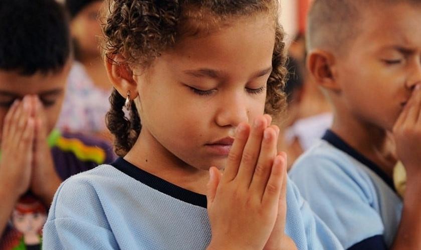 Crianças participam de momento de oração em escola. (Foto: Compassion)