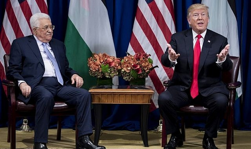 O presidente da Autoridade Palestina, Mahmoud Abbas, ao lado do presidente dos EUA, Donald Trump. (Foto: AFP Photo/Brendan Smialowski)