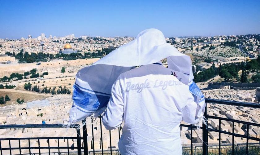 Joel Engel ora com vista para Jerusalém, em Israel. (Foto: Ministério Engel)