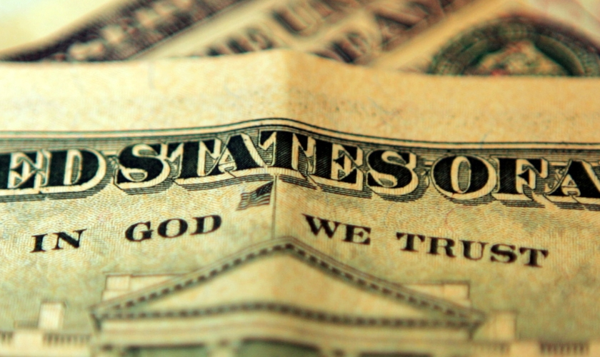 "Frase ""In God We Trust"" é impressa nas cédulas de dólar. (Foto: CBS)"